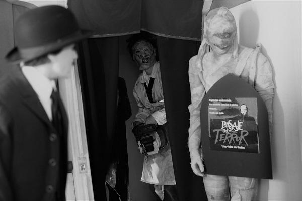 Secuencia largometraje Wax con el cartel del Pasaje del Terror