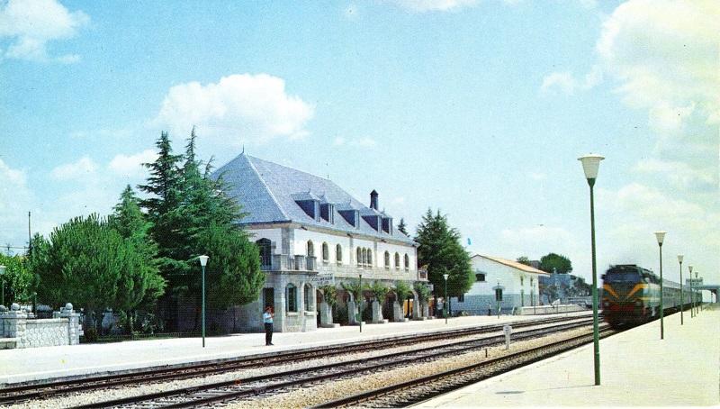 Paso de un tren con locomotora serie 333 por la estación de Colmenar Viejo en 1977.
