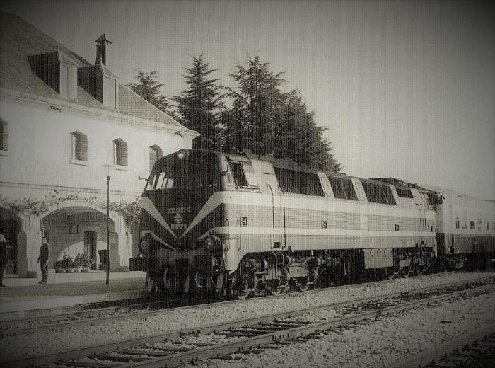 Locomotora serie 333 detenida en la Estación de Colmenar Viejo. Años 70.